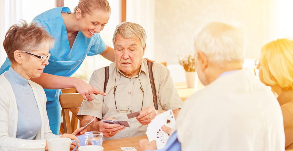 Alteneinrichtung Karten spielen
